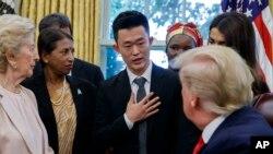 도널드 트럼프 미국 대통령이 지난 7월 백악관에서 탈북민 주일룡 씨 등 세계 각국의 종교박해 생존자들을 면담했다.