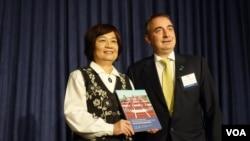 歐洲在台商會把副理事主席把2018年建議書遞交給台灣國發會主委陳美伶(2017年11月15日, 張佩芝攝)