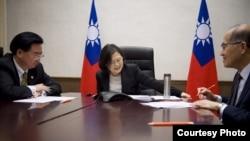 台灣總統蔡英文(中) 和國家安全會議秘書長吳釗燮 (左)以及外交部長李大維2016年12月2日與美國侯任總統川普打電話 (圖片來源:台灣總統辦公室)