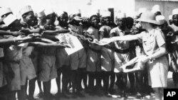 Les tirailleurs sénégalais avec le maréchal Pétain, le chef d'État français, à Dakar le 15 mai 1942.
