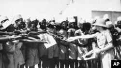 Les tirailleurs sénégalais avec le maréchal Petain, le chef d'État français, à Dakar le 15 mai 1942.