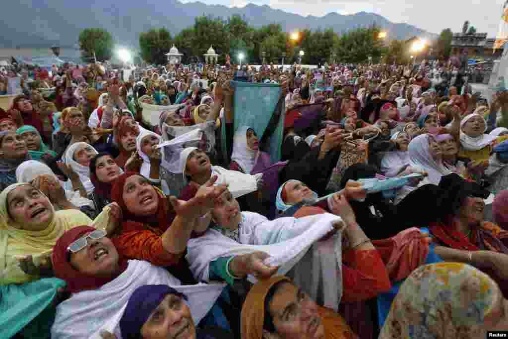"Phụ nữ Hồi giáo ở Kashmir cầu nguyện sau lễ ""Meeraj-un-Nabi"" tại đền thờ Hazratbal Srinagar."