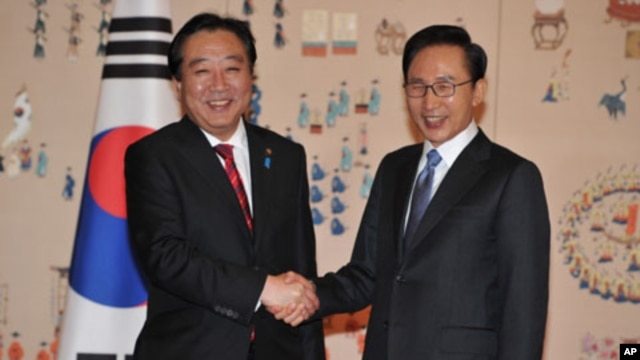 South Korean President Lee Myung-bak (R) shakes hands with Japan's Prime Minister Yoshihiko Noda before their meeting at Blue House in Seoul, South Korea October 19, 2011.