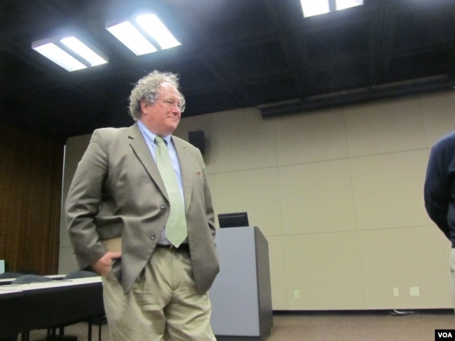 南加大美中學院副院長杜克雷(美国之音记者 容易拍摄)