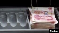Des billets de 100 yuan photographiés à Beijing le 4 janvier 2017.