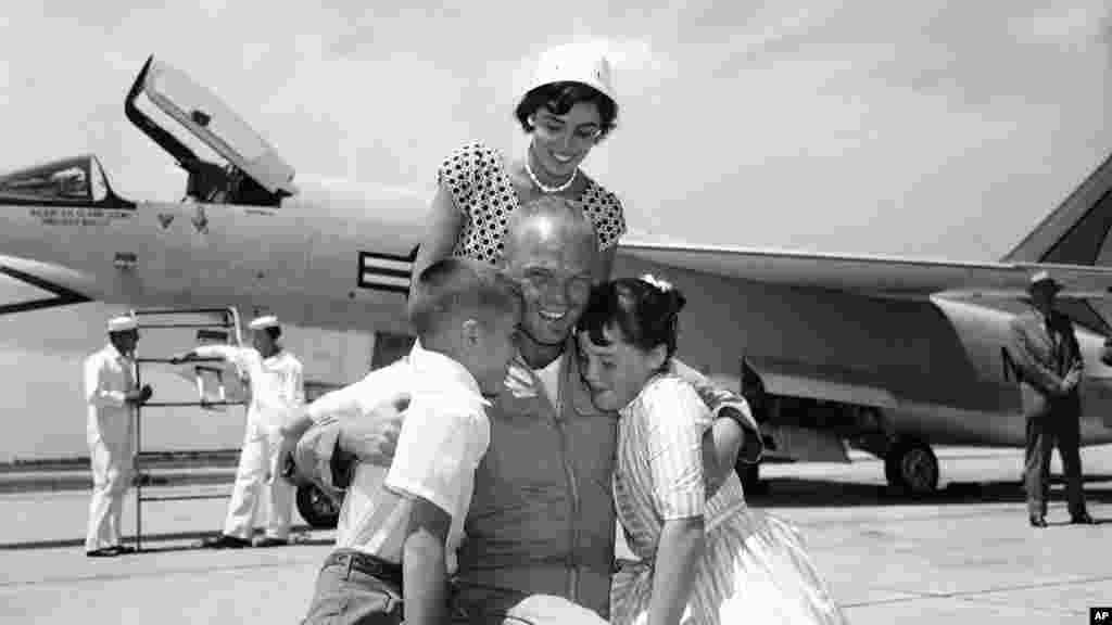 លោក John Glenn ឱបកូនៗឈ្មោះ Dave និងLyn ជាមួយនឹងភរិយាលោកស្រី Anne បន្ទាប់ពីលោក Glenn បានចុះនៅព្រលាន Floyd Bennett Field ក្នុងក្រុងញូវយ៉ក បន្ទាប់ពីការធ្វើដំណើរអស់រយៈពេល ០៣ ម៉ោង និង២៣នាទី ពីរដ្ឋ California កាលពីថ្ងៃទី១៦ ខែកក្កដា ឆ្នាំ១៩៥៧។