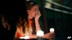 Một người dân cầu nguyện cho các nạn nhân vụ xả súng ở El Paso hôm 3/8.