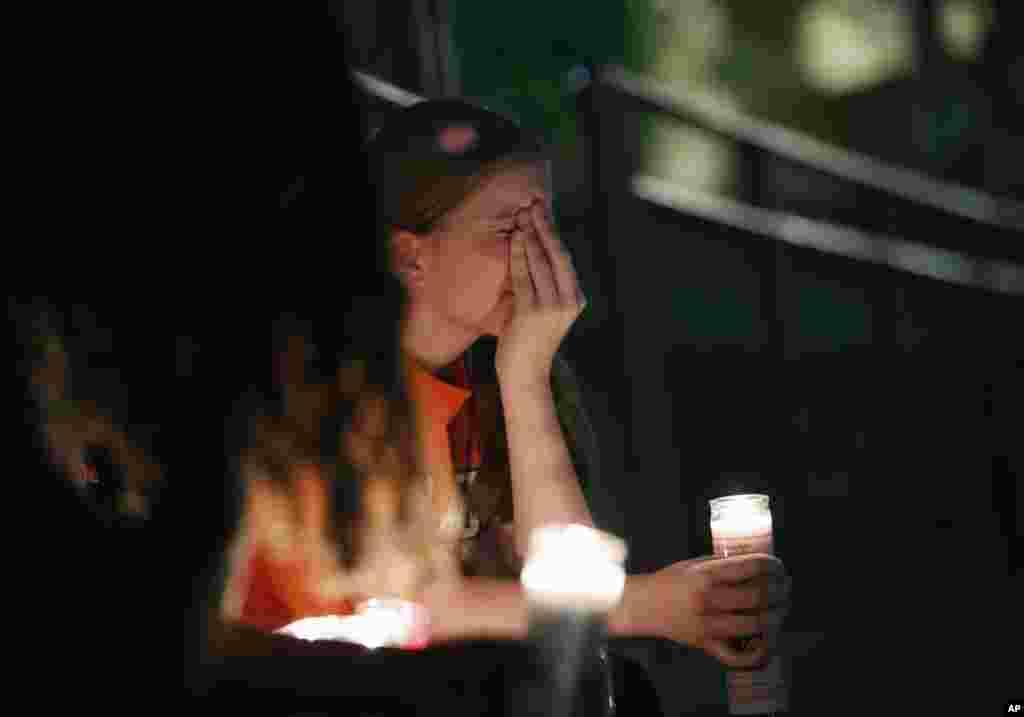 یک زن جوان به تیراندازی شنبه تگزاس واکنش نشان می دهد. در این تیراندازی بیش از بیست نفر کشته شدند. مظنون حمله نیز توسط پلیس بازداشت شده است.
