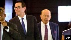 美國財政部長姆努欽(左)和商務部長羅斯(右)