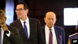Le secrétaire américain au Trésor Steven Mnuchin, à gauche, et le secrétaire au Commerce Wilbur Ross lors de leur séjour à Pekin le vendredi 4 mai 2018. (AP Photo / Mark Schiefelbein)