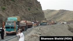 طورخم کے راستے افغانستان میں داخل ہونے والا تجارتی سامان۔ فائل فوٹو