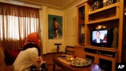 یک زن ایرانی در حال تماشای سخنرانی نوروزی باراک اوباما