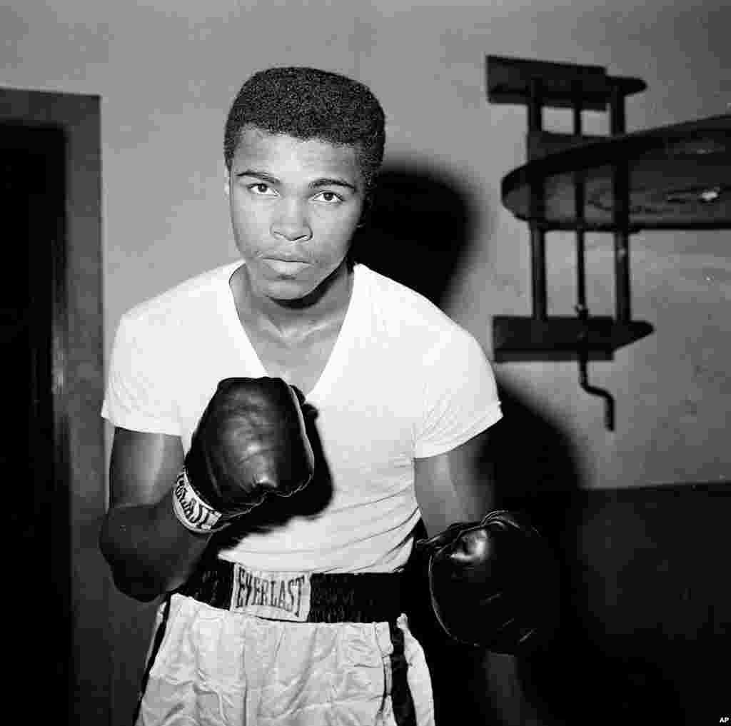 El joven boxeador de peso pesado, Cassius Clay, entrenando en un Gimnasio en Nueva York el 8 de febrero de 1962.