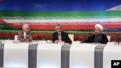 Para kandidat presiden, dari kiri, Saeed Jalili, negosiator utama Iran untuk urusan nuklir, Gholam Ali Haddad Adel, anggota parlemen, dan Hasan Rowhani, mantan negosiator utama nuklir dalam sebuah debat TV, Tehran (17/6).