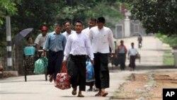 Các tù nhân chính trị được trả tự do hôm thứ Sáu 17/5/13, ở Yangon, Miến Điện