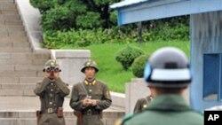 판문점의 남북 경비병들