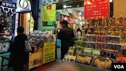 Có những quán tại chợ trung tâm Namdaemun ở Seoul có biển bằng cả tiếng Việt và tiếng Trung Quốc vì họ có nhiều khách từ hai nước này tới mua hàng. (Hình: Hùng Nguyễn)