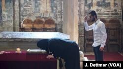 Një besimtar serb lutet në Manastirin e Deçanit