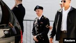Binh nhất Lục quân Bradley Manning (giữa) được giải ra khỏi tòa án ở Fort Meade, trong tiểu bang Maryland