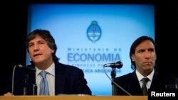El vice presidente de Argentina, Amado Boudou (izq.), junto al ministro de Economía Hernan Lorenzino plantearon un proyecto para reducir la inflación del país, pero no ha logrado el resultado esperado, hasta el momento.