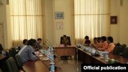 ေဒၚစုနဲ႔ MPC တာ၀န္ရွိသူေတြ ေတြ႔ဆံုေဆြးေႏြးစဥ္ (Photo-NLD Chairperson facebook )