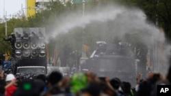 Polisi menggunakan meriam air untuk membubarkan demo anti-pemerintah di Bangkok, Thailand, Minggu, 18 Juli 2021.