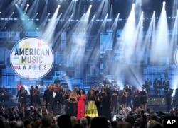 Tracee Ellis Ross, centro, habla al final de los American Music Awards luego de un tributo a la fallecida cantante Aretha Franklin, octubre 9, 2018, en el Microsoft Theater de Los Ángeles.
