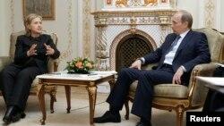 Tư Liệu- Cựu Ngoại trưởng Hoa Kỳ Hillary Clinton trao đổi với Tổng thống Nga Vladimir Putin.