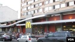 普希金广场旁,停业前的麦当劳旗舰店。(美国之音白桦拍摄)