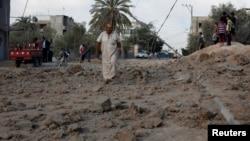 一名巴勒斯坦人站在被襲擊現場的位置上