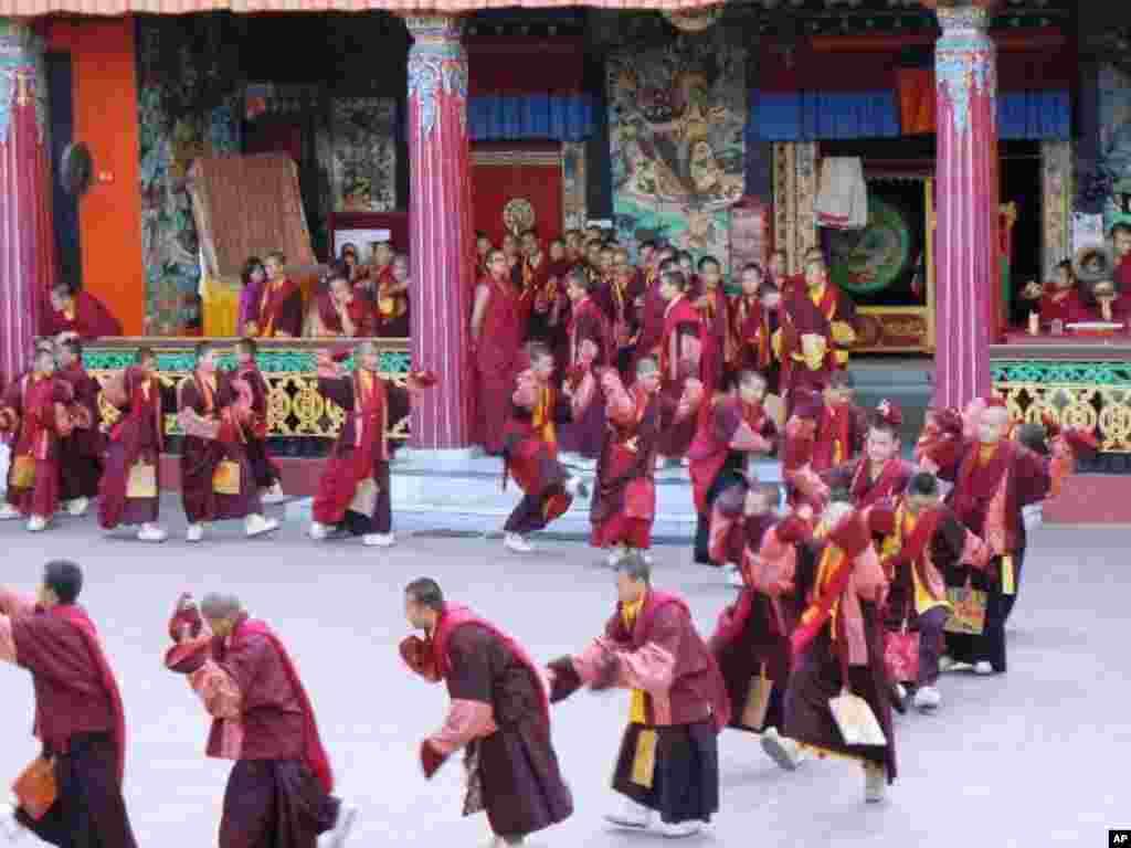 數百名喇嘛綵排兩年一度在隆德寺舉行的蓮師大法會