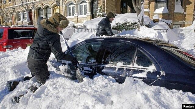 Cư dân đào xe ra khỏi tuyết ở Union City, New Jersey, ngày 24/1/2016.