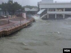 2018年9月16日,台风山竹带来的风浪潮使维港海水水面上升 (美国之音记者申华 拍摄)