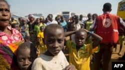 Nouveaux réfugiés congolais arrivant dans un camp à Kyangwali, en Ouganda, le 16 février 2018.