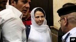 Aya Hijazi (centro) presa en Egipto durante tres años regresó el jueves por la noche a Estados Unidos.