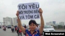 Nhà hoạt động xã hội Cấn Thị Thêu tham gia biểu tình bảo vệ môi trường.