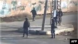 Lực lượng dân quân ủng hộ chính phủ trên đường phố Daraa, Syria, 13/12/2011