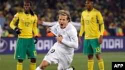 Cầu thủ Diego Forlan của Uruguay vui mừng sau khi ghi bàn trong trận tranh tài với đội Nam Phi
