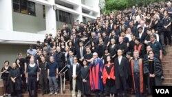 2千名港大師生及教職員參與「捍衛港大自主靜默遊行」。(美國之音湯惠芸攝)