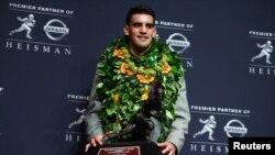 El mariscal de campo de los Ducks de Oregón, Marcus Mariota ganó con número récord de puntos el trofeo Heisman del fútbol universitario.