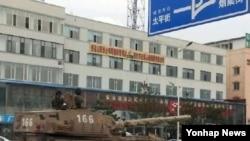 중국 옌지에서 이동 중인 중군군 탱크 (자료사진)