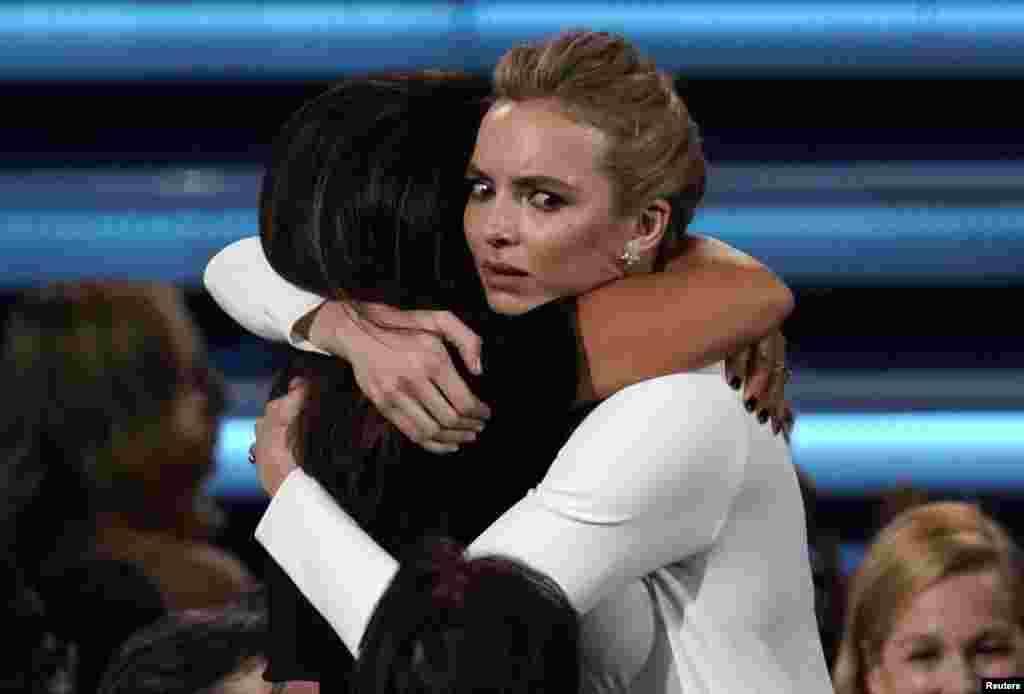 តារាសម្តែងស្រី Jodie Comer បង្ហាញអារម្មណ៍រំភើប បន្ទាប់ពីឈ្នះពានរង្វាន់តារាសម្តែងស្រីឆ្នើមក្នុងភាពយន្តភាគ «Killing Eve» អំឡុងពេលការពិធីប្រគល់ពានរង្វាន់ Primetime Emmy Awards នៅមហោស្រព Microsoft Theater ក្នុងក្រុង Los Angeles រដ្ឋ California កាលពីថ្ងៃទី២២ ខែកញ្ញា ឆ្នាំ២០១៩។