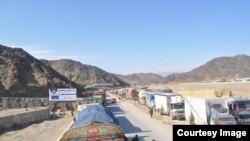 AMakamyo ategereje ku mupaka waTorkham uhuza Pakistani na Afuganistani