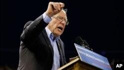 Ứng viên tổng thống của đảng Dân chủ Bernie Sanders phát biểu trong một cuộc vận động tranh cử tại Carson, California.