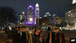 Sukarelawan membantu penduduk Tent City, Charlotte, perkemahan tunawisma terbesar di negara bagian North Carolina, berbelanja pakaian dan barang-barang lainnya di Mutual Aid Free Store, 24 Januari 2021. (Foto: Magena Morris)