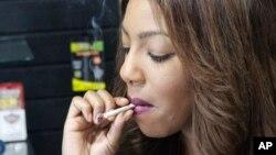 Một người phụ nữ hút cần sa cho mục đích y tế ở Anchorage, Alaska, Mỹ, ngày 20/2/2015.