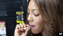 Luật cho phép những người từ 21 tuổi trở lên sở hữu và hút 200 gram cần sa.