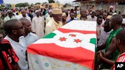 Les funérailles d'un opposant tué la veille de l'élection présidentielle au Burundi. (AP Photo/Gildas Ngingo)