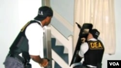 Agen-agen anti narkoba AS (DEA) saat menjalankan operasi penggerebekan.