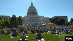 '세계 요가의 날'을 맞아 워싱턴 DC의 미 의사당 앞에서 시민들이 요가를 하고 있다.